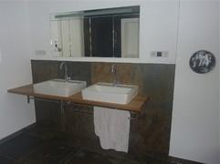 Eichenplatte mit Waschbecken